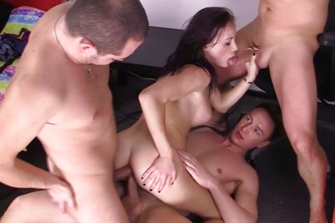 Трое парней трахают русскую девушку во все щели и это грех