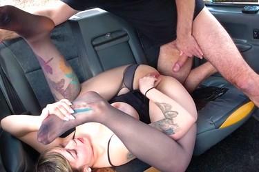 Грудастая давалка села в такси и раздвинула ноги