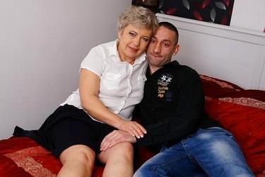 Зрелая бабенка пенсионерка трахается с молодым сисадмином
