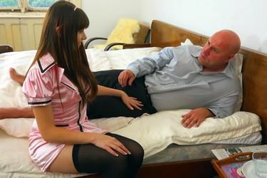 Развратная медсестричка трахается в анал с пациентом