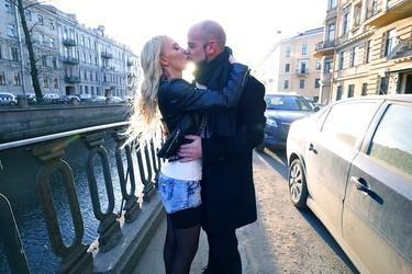 Лысый мужик дрючит русскую блондинку в анал