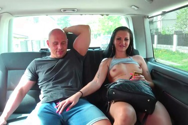 Подобрал на дороге телочку, чтобы чпокнуть на заднем сиденье и залить спермой