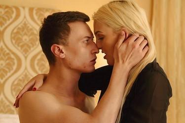 Шикарная блондинка занимается сексом со случайным знакомым