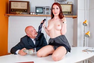 Лысый начальник отымел секретаршу, предварительно вылизав ее киску
