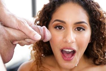 Кудрявая сученька сосет и получает сперму на лицо