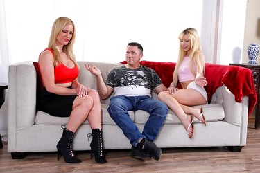 Озабоченный мужик развел двух симпатичных подружек на тройничек