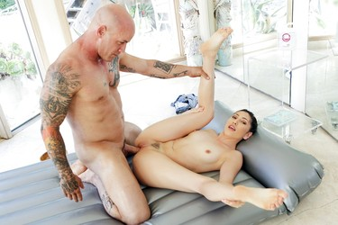 Массажистка удачно пристроила киску на член к татуированному парню