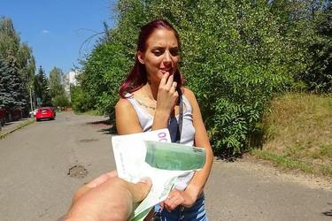 Восточноевропейская прошмандовка потрахалась в лесу за деньги