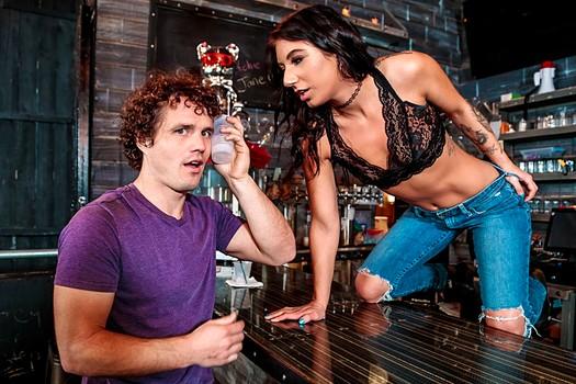 Секс по пьяни за барной стойкой с мулаткой