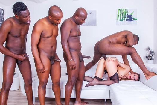 Толпа темнокожих парней трахает телочку в анал, киску и в ротик